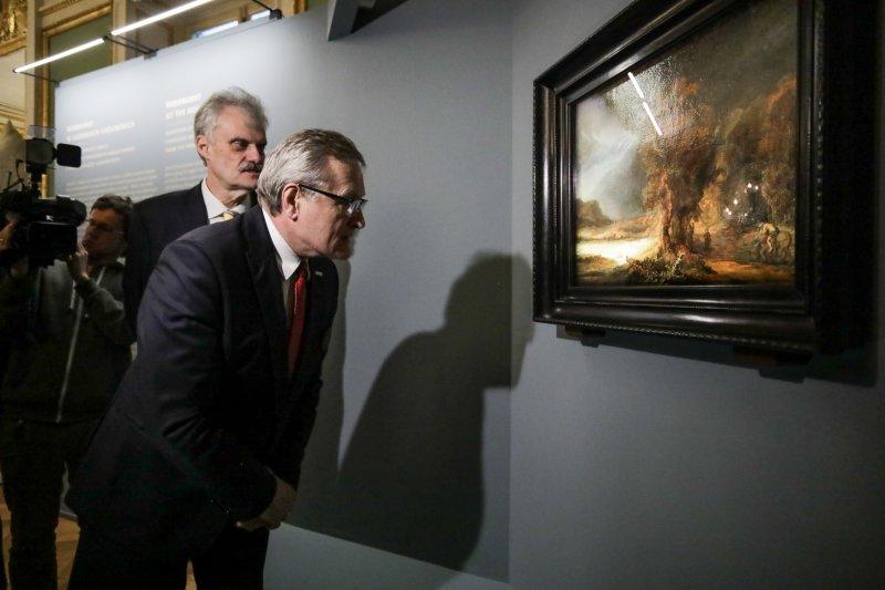 na zdjęciu wicepremier ogląda obraz