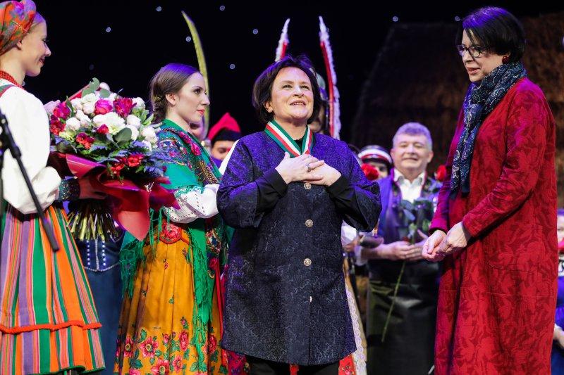 na zdjęciu wiceminister Zwinogordzka wręcza odznaczenia