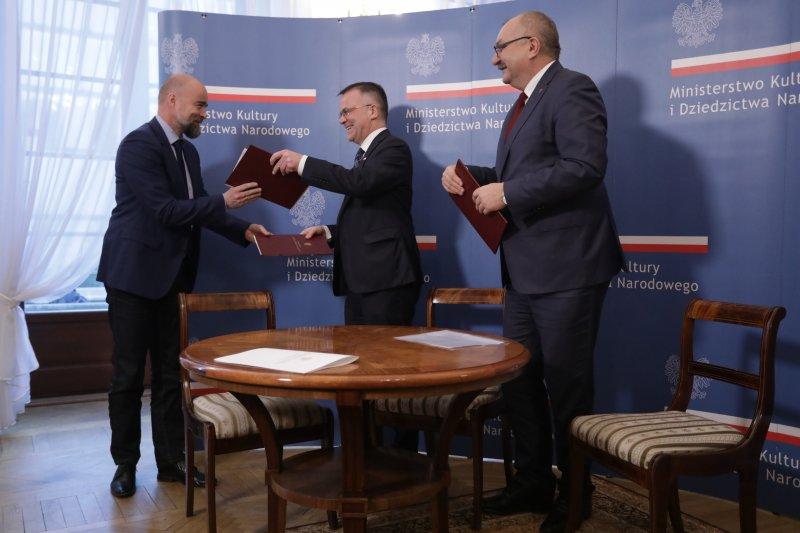 na zdjęciu sygnatariusze umowy