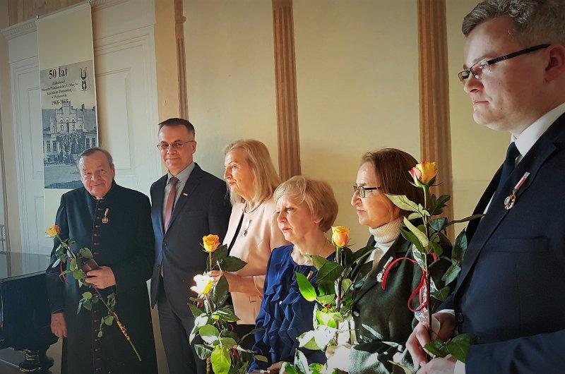 na zdjęciu odznaczeni wraz z ministrem Sellinem
