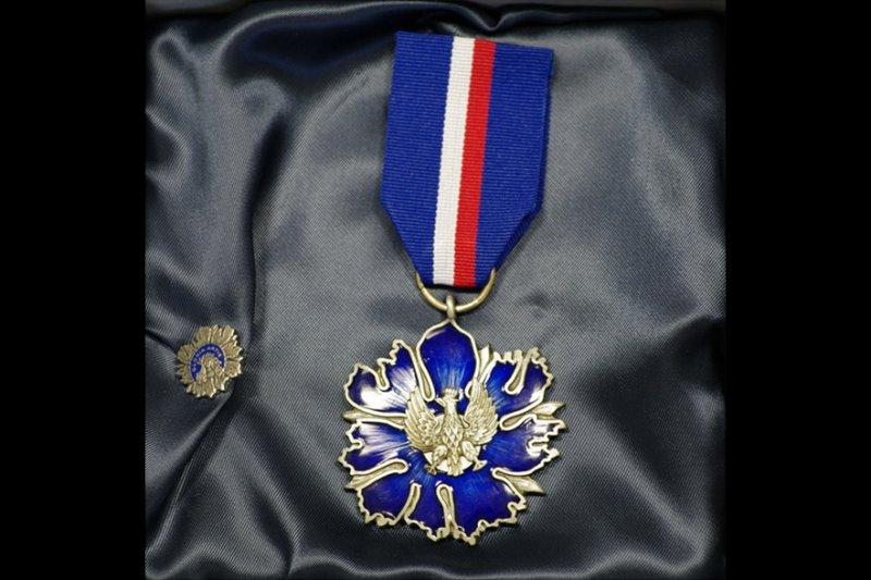 na zdjęciu srebrny medal Gloria Artis