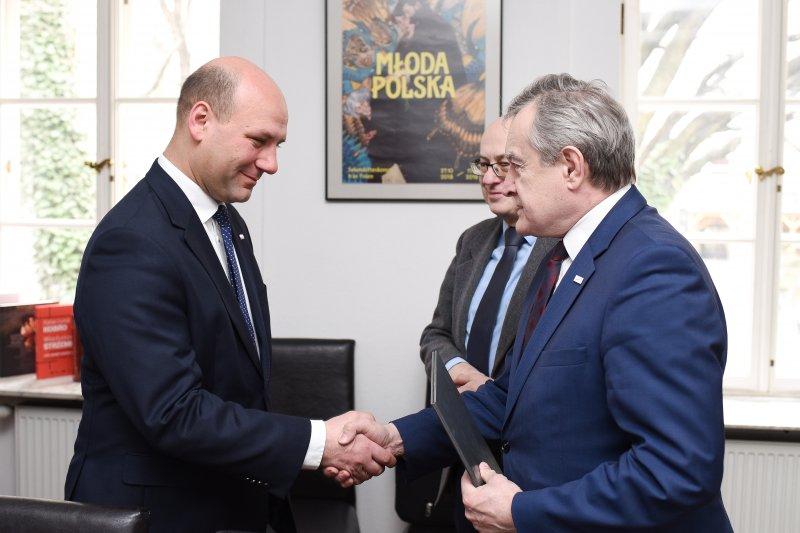 na zdjęciu wiceminister MSZ i premier Gliński