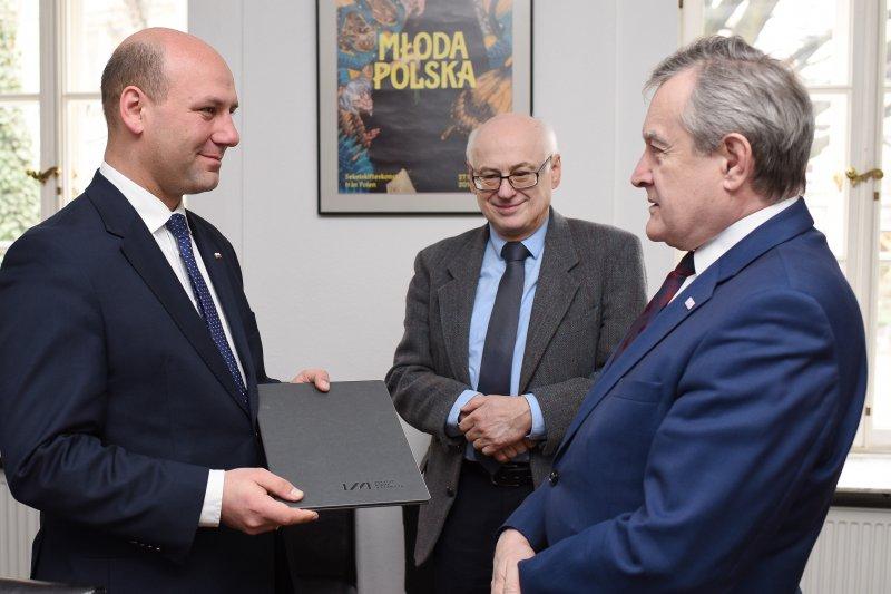 na zdjęciu wiceminister MSZ,  premier Gliński i poseł Krasnodębski