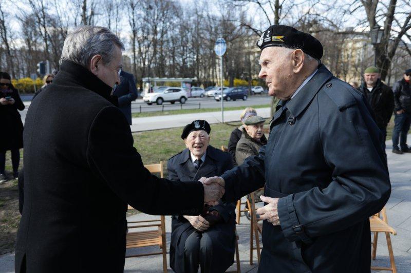 na zdjęciu premier z kombatantami