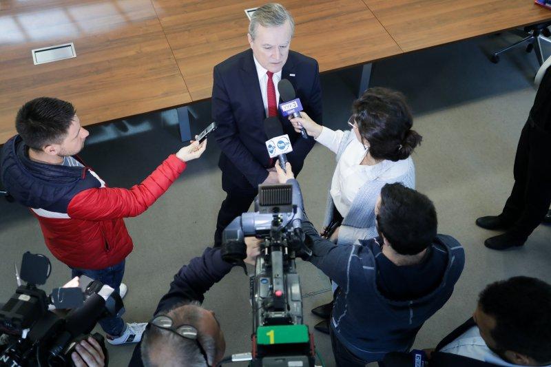 na zdjęciu wicepremier udziela wywiadu