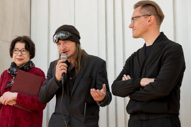 na zdjęciu wiceminister Zwinogrodzka i rzeźbiarz Roman Stańczak