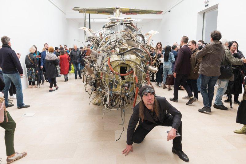 na zdjęciu rzeźbiarz Roman Stańczak i jego dzieło