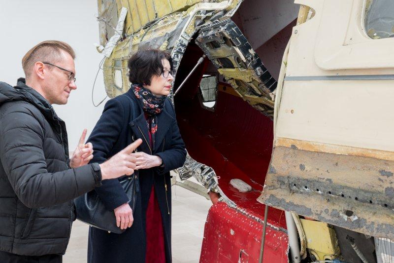 na zdjęciu wiceminister Zwinogrodzka i kurator wystawy