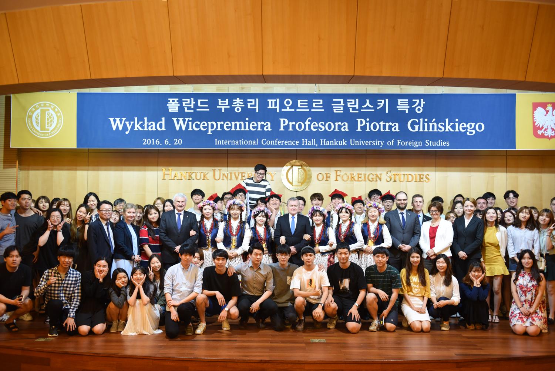 Zdjęcie grupowe po wykładzie prof. Glińskiego dla profesorów i studentów polonistyki na Hankuk University of Foreign Studies (HUFS) w Seulu. autor zdjęcia: Seo Youn Lee