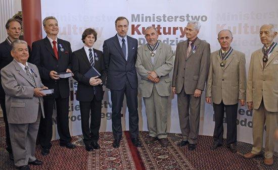 Minister kultury Bogdan Zdrojewski z osobami odznaczonymi medalami Gloria Artis Foto: Danuta Matloch