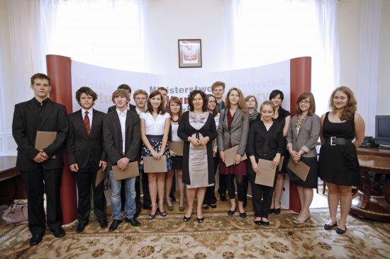 Wiceminister kultury Monika Smoleń i nagrodzeni stypendyści  Foto: Danuta Matloch