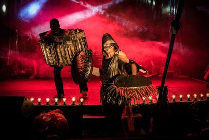 Zdjęcie ze spektaklu Jak wytresować dziewczynkę. fot. Marta Ankiersztejn