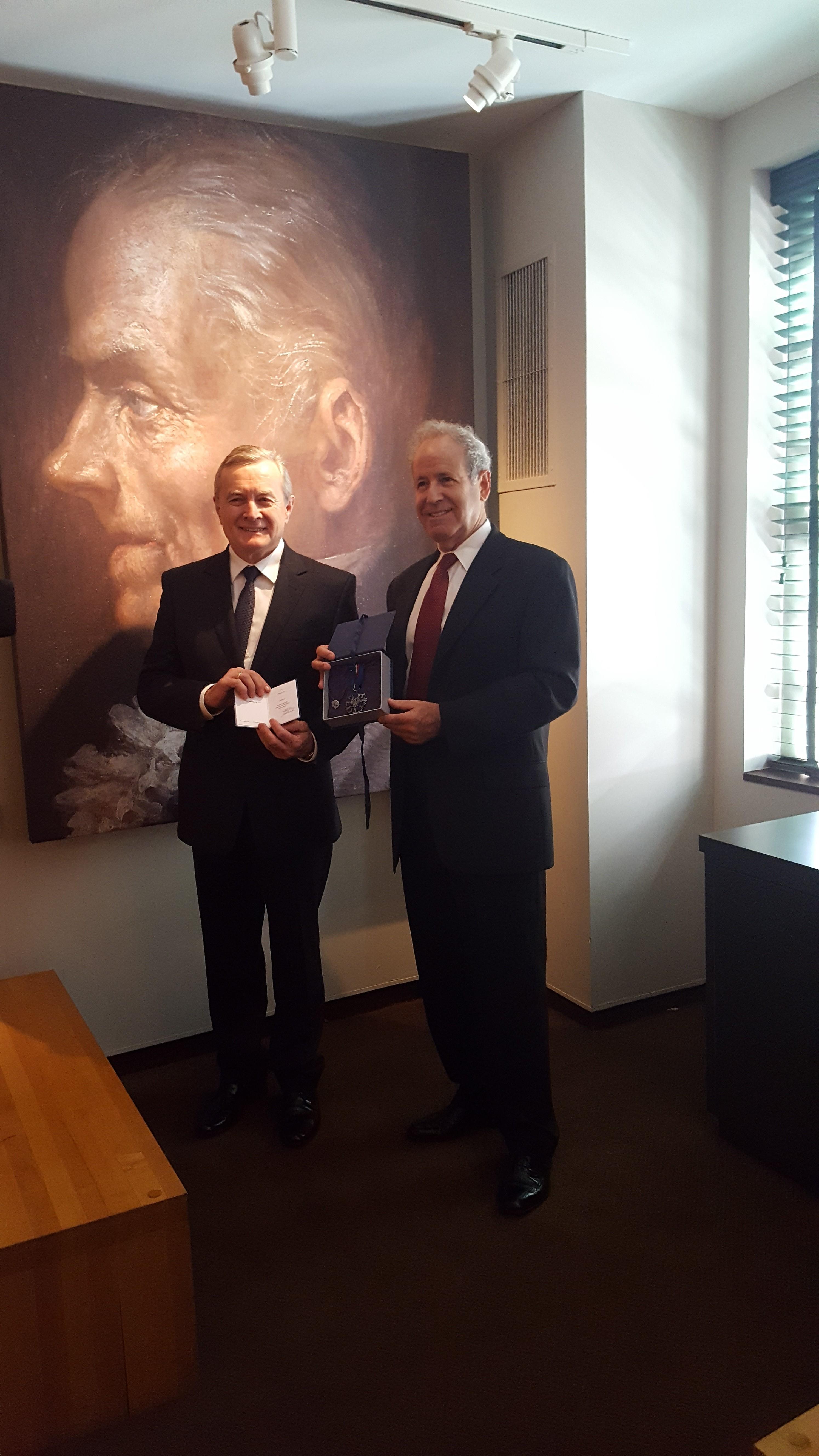 Wreczenie medalu Zasluzony Kulturze Gloria Artis dla Franka Fox (odbiera syn)