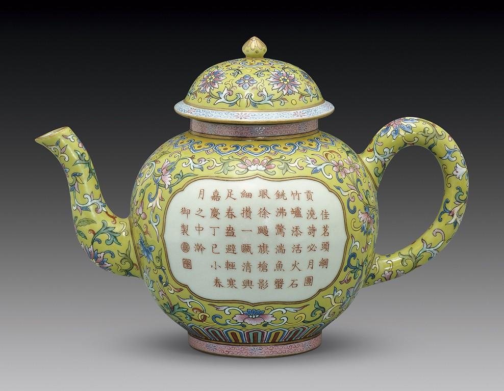 Czajnik z nakrywką z familii różowych dekorowany wicią rośliną i inskrypcją,  dynastia Qing,  panowanie cesarza Jiaqinga (1796–1820)/mat. MNW/