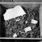 Skrzynia z ocalałymi zabytkami z kolekcji Prussia-Museum w 1990 r. (Reich Ch., Menghin W. 2008, ryc. 2).